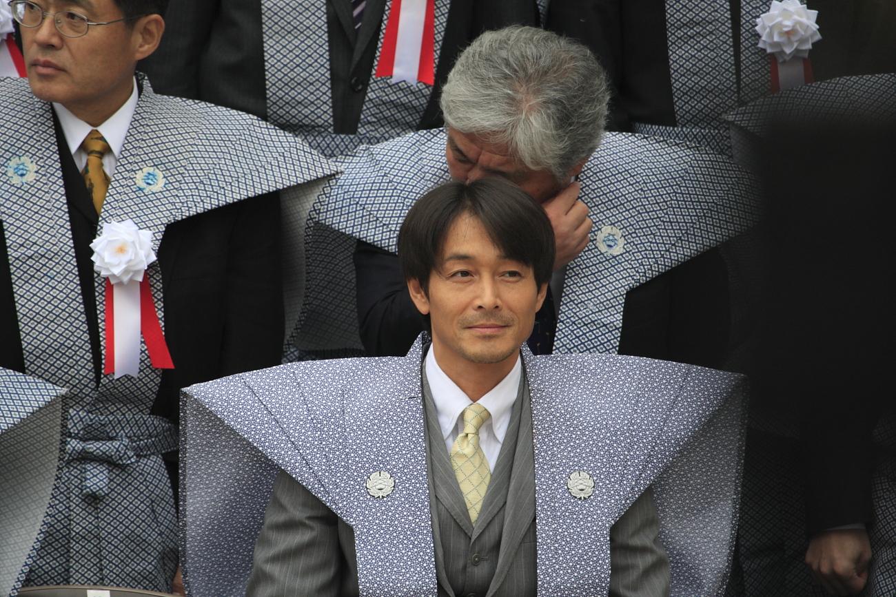 緊張しているような吉田栄作